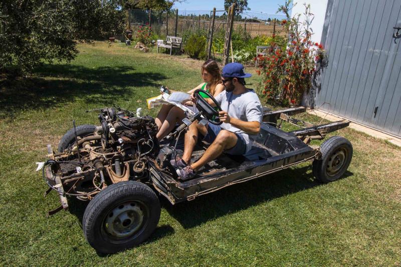Pietro e Virgina sulla loro Renault 4